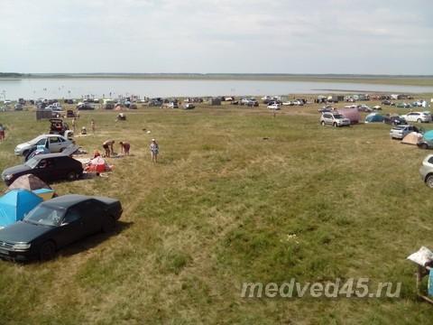 База отдыха «Медвежий остров» на озере Медвежьем в Курганской области- вид на территорию кемпинга