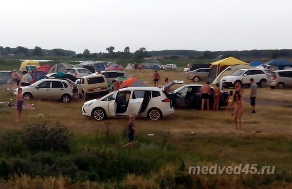 База отдыха «Медвежий остров» на озере Медвежьем в Курганской области - Много людей в выходной день