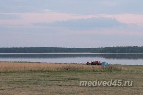 Отдых дикарем на озере Медвежьем в Курганской области - автотуристы на машине