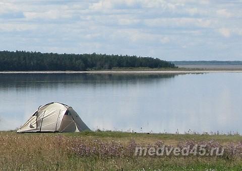 Отдых дикарем на озере Медвежьем в Курганской области - туристы с палатками